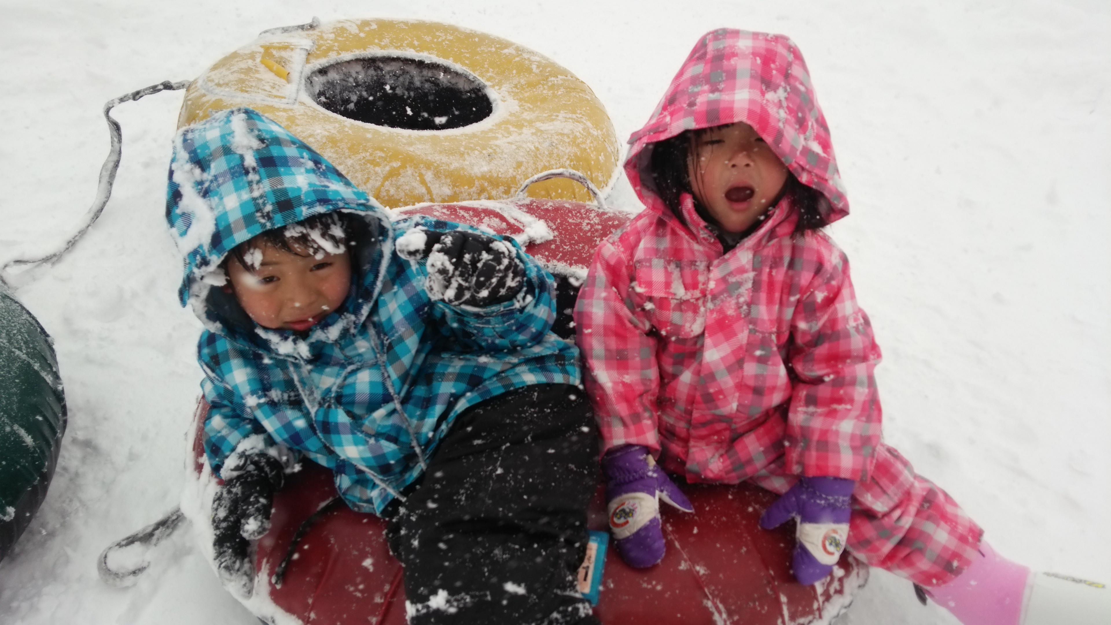 雪の中の子供たち